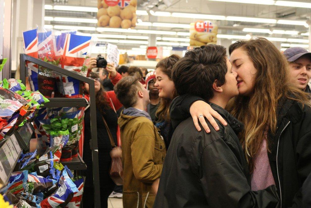 Kiss-in à Brighton en soutien à un baiser lesbien