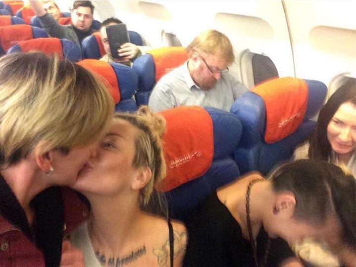 Le baiser de deux lesbiennes russes fait le tour du web [Mise à jour]