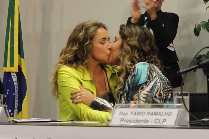 L'image du jour : Le baiser de Daniela Mercury et Malu Verçosa au Congrès national du Brésil
