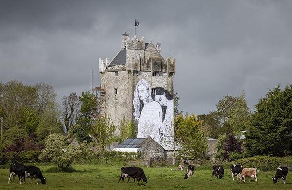 Un couple lesbien orne le mur d'un château irlandais