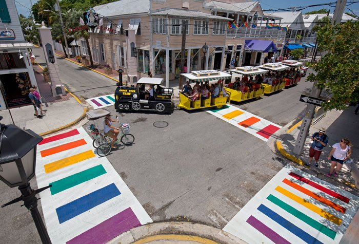 Key West installe des passages piétons permanents aux couleurs du rainbow flag