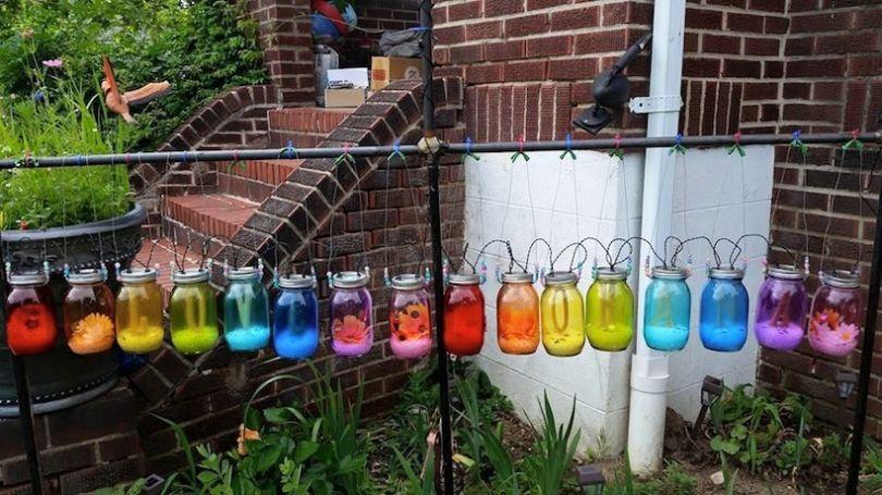"""Ses voisins jugent son jardin « agressivement homosexuel », elle lance une campagne pour rendre sa maison plus """"gay"""""""
