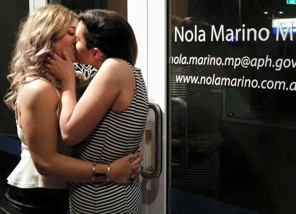 Australie : Un baiser lesbien devant le bureau d'une anti-mariage homo devient viral !