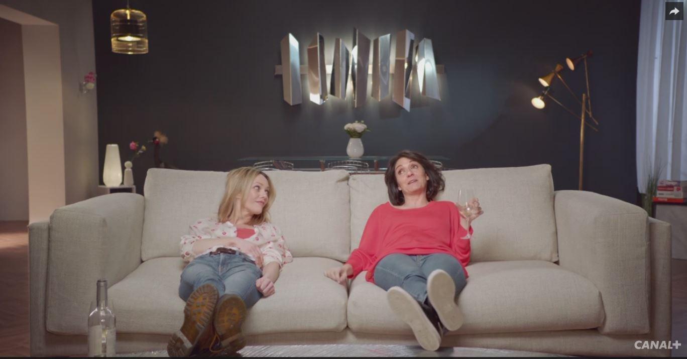 Quand Florence Foresti et Vanessa Paradis sont «bloquées» sur un canapé