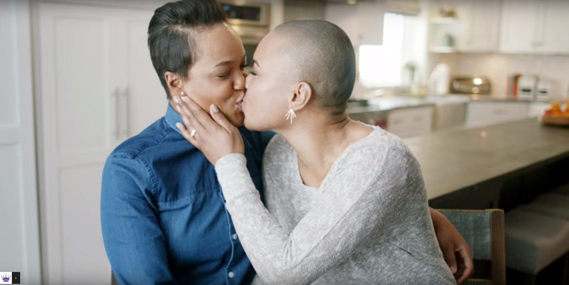 Un couple lesbien dans la nouvelle campagne Hallmark