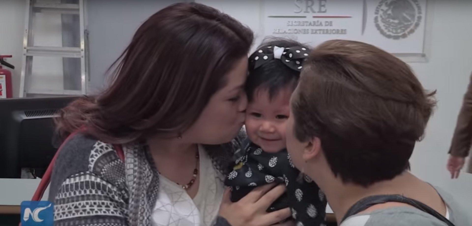 Mexique : c'est une première, une petite fille adoptée porte le nom de ses deux mères sur son passeport