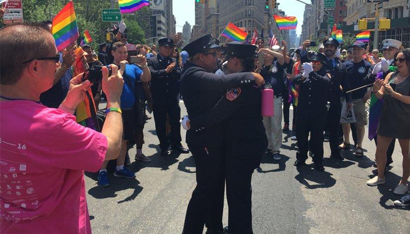 Une demande en mariage pendant la pride de New York
