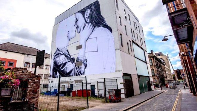 Un couple lesbien exposé sur un bâtiment de Belfast