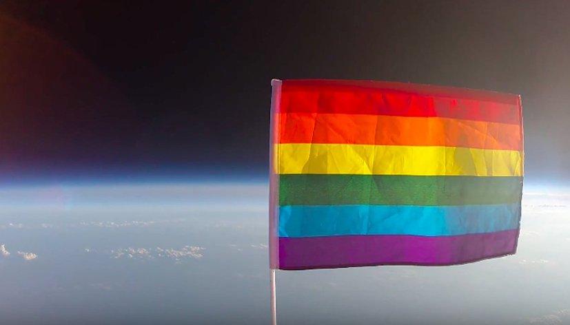 C'est une première : un rainbow flag a été envoyé dans l'espace