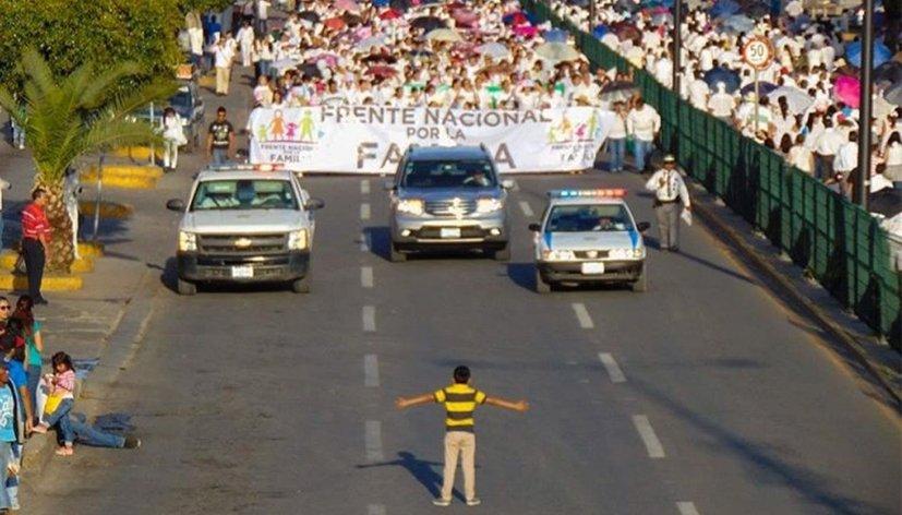 La photo du jour : A 12 ans il défie les manifestants homophobes