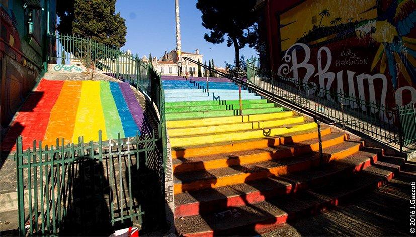 Marseille un escalier aux couleurs du rainbow flag for Escalier helicoidale marseille