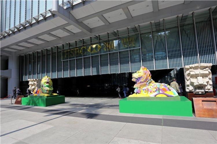 Hong Kong : Les lions de HSBC peints aux couleurs du rainbow flag