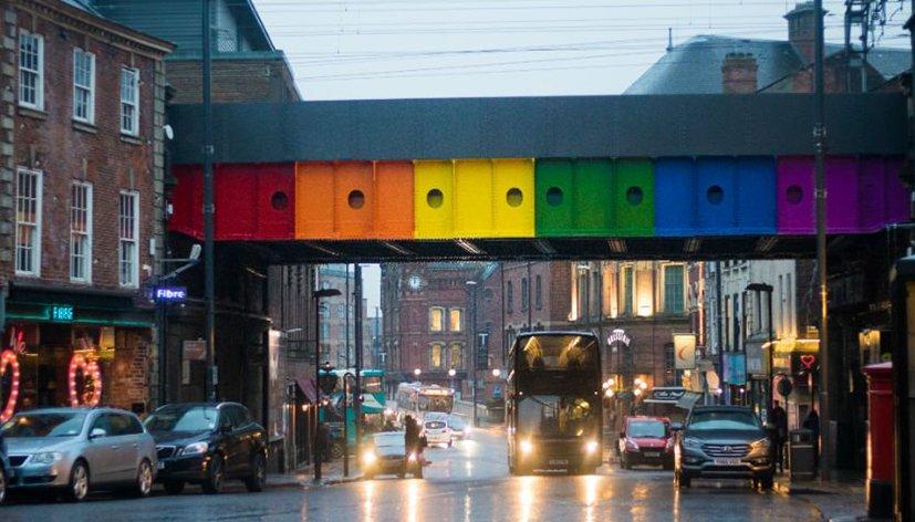 Angleterre : Un pont aux couleurs du rainbow flag à Leeds
