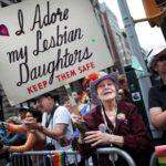 Depuis 1971, Frances Goldin participe à toutes les Gay Prides… avec la même pancarte !